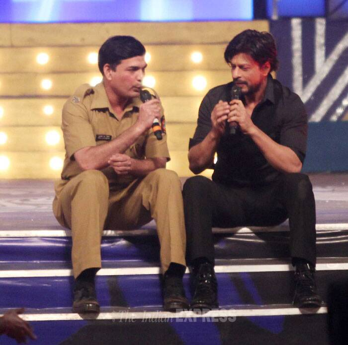 Shah Rukh Khan in conversation with a policeman on stage. (Photo: Varinder Chawla)