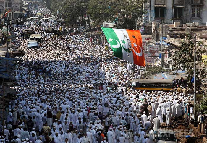 Lakhs of his followers joined the final journey of the spiritual leader, who was laid to rest at Raudat Tahera mausoleum here at Bhendi Bazar. His son and successor, Syedna Mufaddal Saifuddin led the Namaz-e-Janaza, the prayer for the departed soul. (IE Photo: Pradip Das)