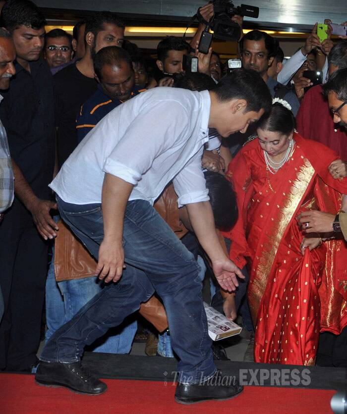 Aamir Khan gets classical musician Sushila Rani Patel on stage. (Photo: Varinder Chawla)
