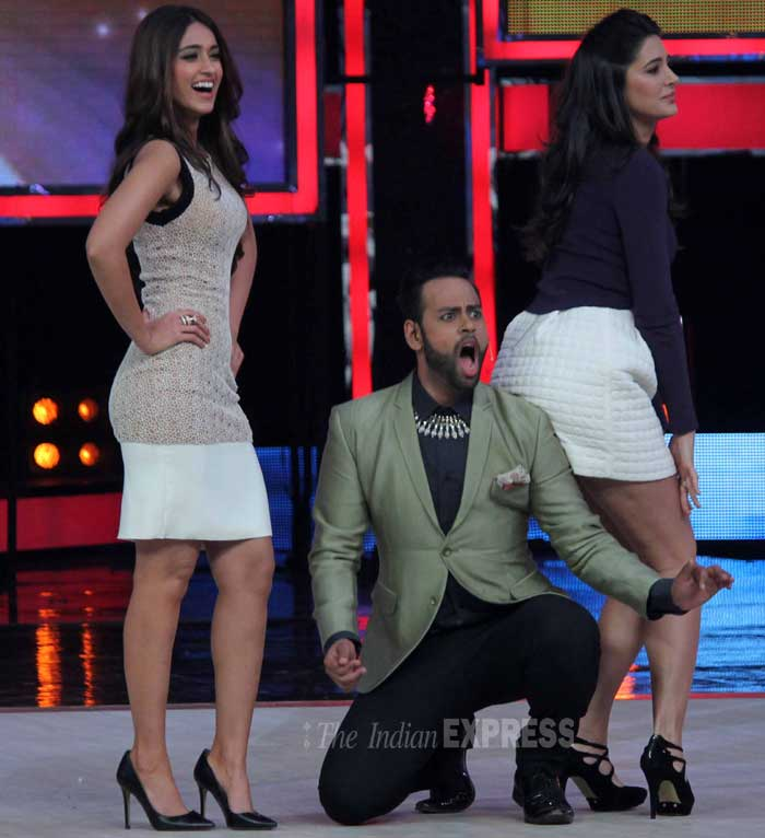 VJ Andy has a good time hitting on Nargis and Illeana. (Photo: Varinder Chawla)