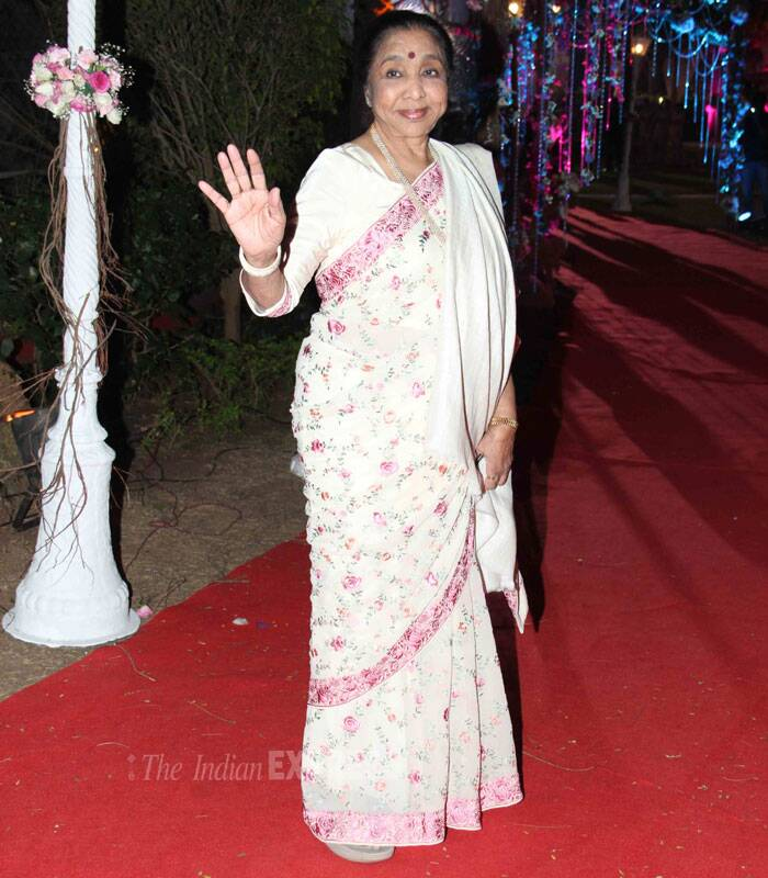 Legendary singer Asha Bhosle waves to the media as she makes an entrance. (Photo: Varinder Chawla)