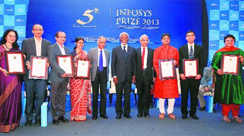Kofi Annan and N R Narayana Murthy pose with Infosys Prize 2013 awardees at the presentation ceremony in Bangalore Saturday.(PTI)
