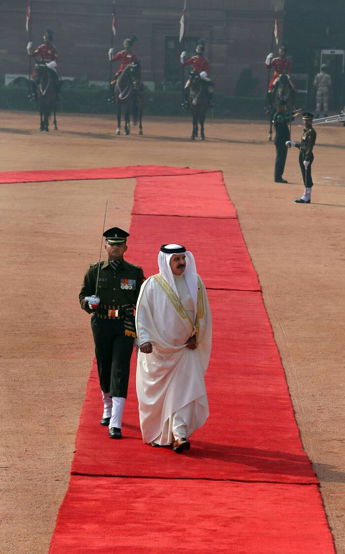 Bahrain King Hamad bin Isa Al Khalifain inspects a joint guard of honor of three defense forces on his arrival at the presidential palace, in New Delhion Wednesday. <br /> King Hamad is on a three day official visit to India. (AP)