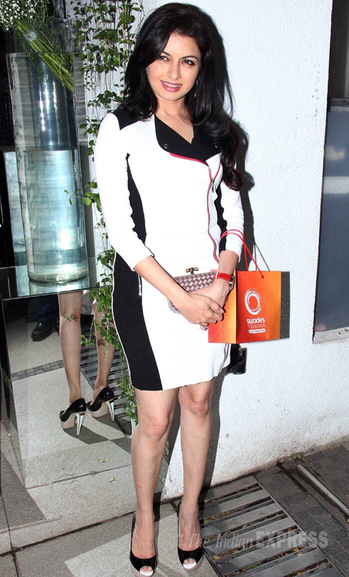 Maine Pyar Kiya actress Bhagyashree showed off her pins in a monochrome mini dress with matching pumps. (Photo: Varinder Chawla)