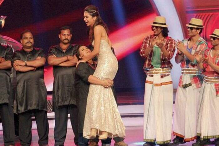 Bharti effortlessly lifts Deepika Padukone. (Photo: Twitter)