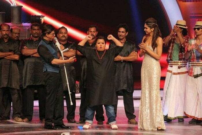Popular comedian Bharti had the audience in splits when she turned Thangabali, the famous villain from her superhit movie 'Chennai Express' at a recent awards show in Mumbai. <br /> Bharti unabashedly shows off her muscles to SRK and Deepika. (Photo: Twitter)