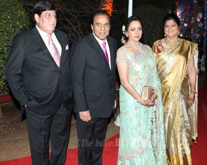Mother of the bride, Hema Malini was beautiful in a pale green sari with bronze and gold for the reception. Seen here along with Dharmendra and guests. (Photo: Varinder Chawla)