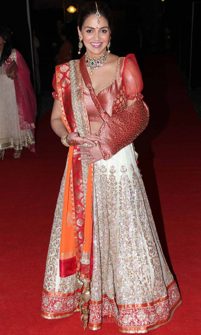 We like Esha's choice of studded cream lehenga and bright red choli with puffed sleeve for the sangeet. And we must add that the red sling did not take away the beauty of her look! Esha opted for polki jewellery with optimal make up. (Photo: Varinder Chawla)