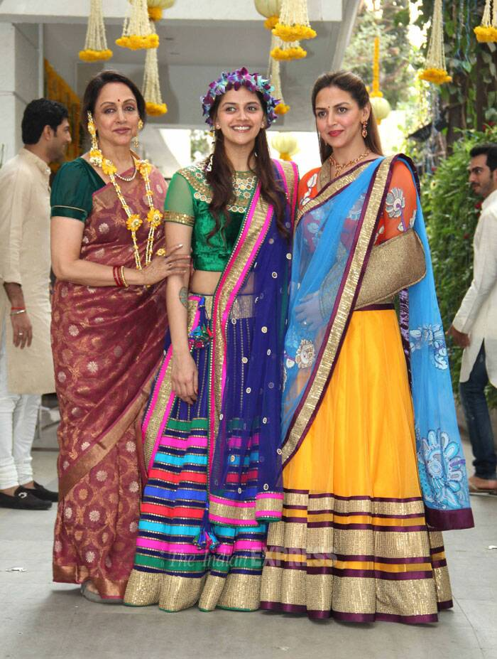 Their mother, Hema Malini known as Bollywood's dream girl was lovely in a sari as she posed with her daughters. (Photo: Varinder Chawla)