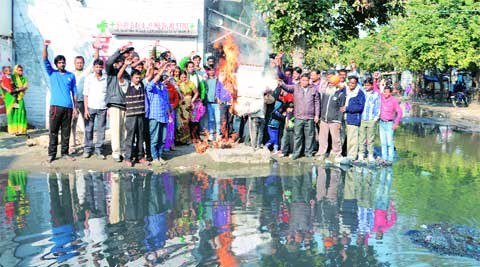 Colony residents burn effigy of  Mayor Gohalwaria, in Ludhiana, on Sunday.  Gurmeet Singh