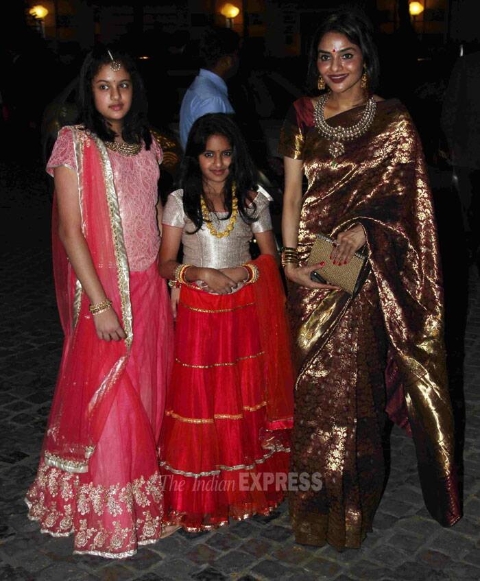 Hema Malini's cousin sister and actress Madhoo opted for a maroon and gold sari as she posed with her daughters Ameyaa and Keia, who were pretty in lehengas. (Photo: Varinder Chawla)