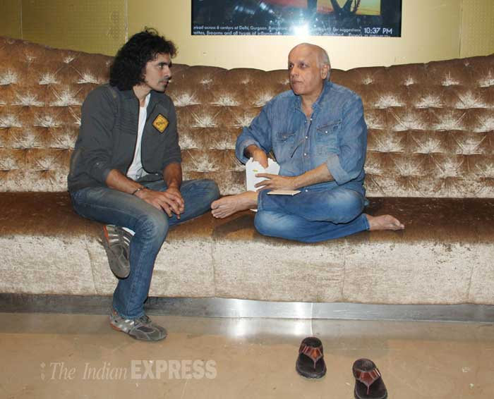 "Mahesh Bhatt gets chatty with Imtiaz Ali.<br /> Mahesh Bhatt has said on Twitter, ""Thank you Imtiaz Ali for making Alia 'live' the role of her life time."" (Photo: Varinder Chawla)"