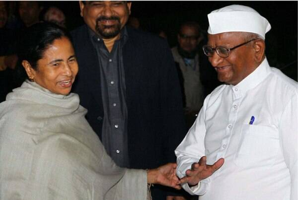 Social activist Anna Hazare with West Bengal Chief Ministe Mamta Banerjee. (PTI)