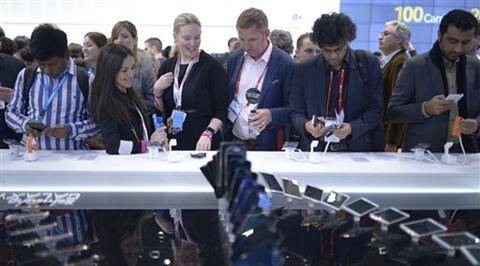 Visitors check the new devices of Samsung at the Mobile World Congress, the world's largest mobile phone trade show in Barcelona. (AP photo)