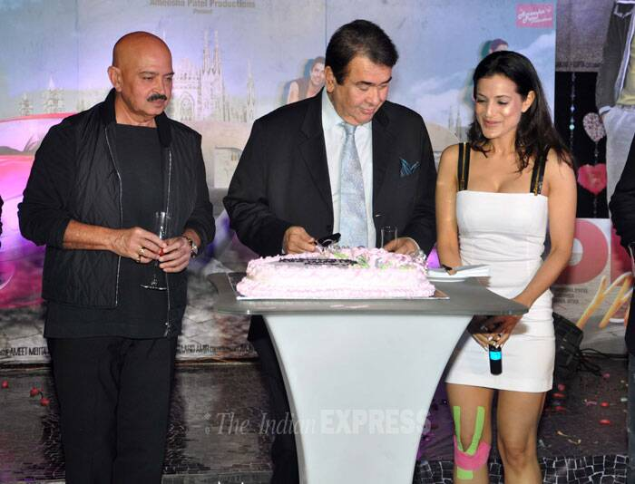 Veteran actor Randhir Kapoor, who is also a part of the part of 'Desi Magic', cuts the cake onstage. (Photo: Varinder Chawla)