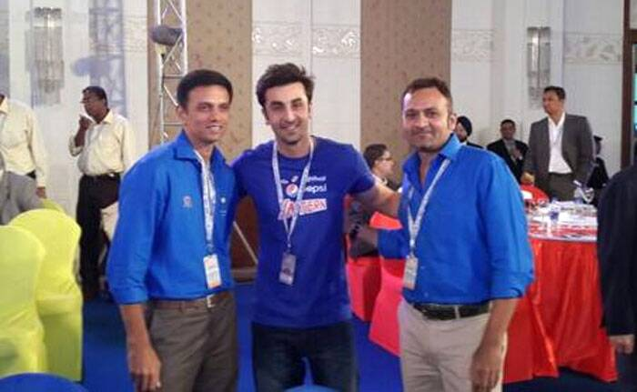 Ranbir Kapoor poses with 'The Wall' Rahul Dravid. (Photo: Twitter)