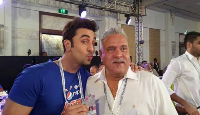 Ranbir Kapoor gives a fun pose with Royal Challengers Bangalore owner Vijaya Mallya. (Photo: Twitter)