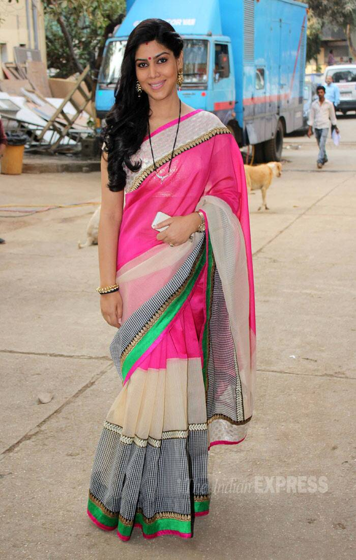 TV actress Sakshi Tanwar, who plays the lead role of Priya in the hit television drama series, was pretty in a pink sari. (Photo: Varinder Chawla)