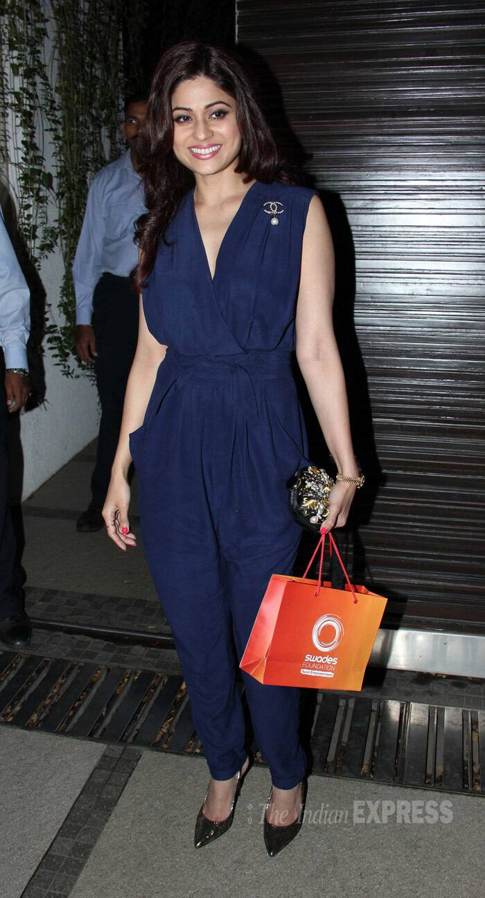 Shamita Shetty was all smiles looking trendy in a navy blue jumpsuit with a jeweled Chanel broach with shiny pumps. (Photo: Varinder Chawla)