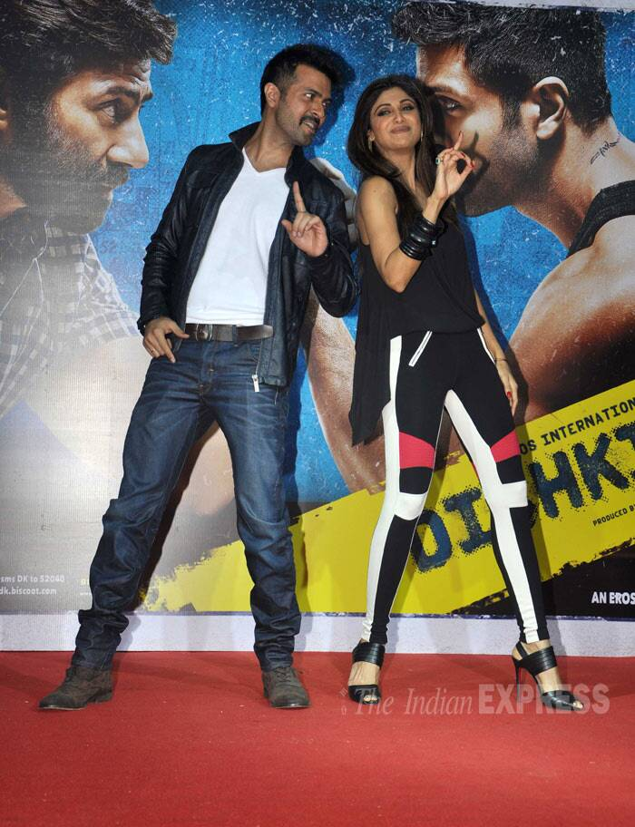 "Harman and Shilpa shake a leg at the music launch. <br /><br /> On my way to launch and introduce the music and cast of #Dishkiyaoon ..too excited to play yet another role( of Producer)..yippee:),"" Shilpa tweeted."