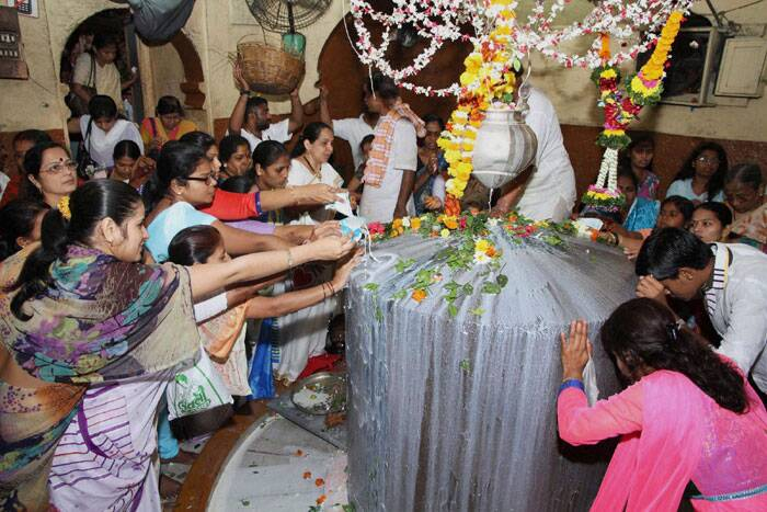 Devotees offering prayers at Kopineswar temple on the occasion of Shivratri in Thane on Thursday. (PTI)