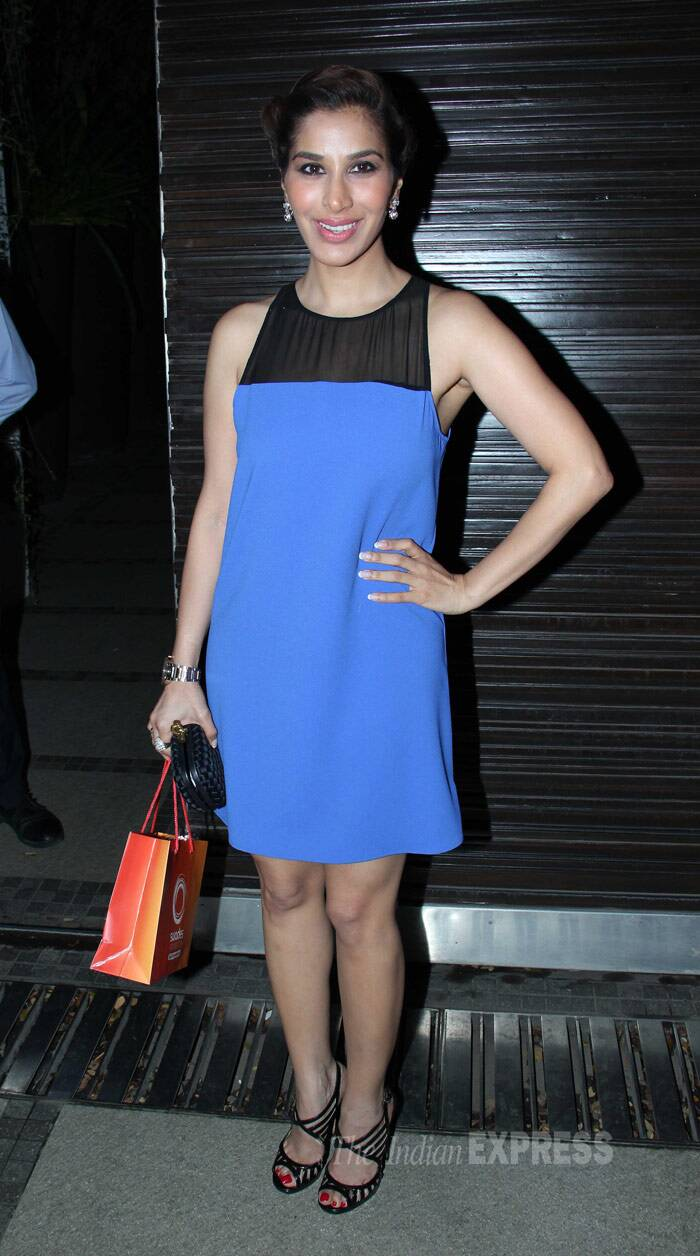 Sophie Choudry was elegant in a simple blue dress paired with black Jimmy Choo sandals and a Bottega Veneta clutch. (Photo: Varinder Chawla)