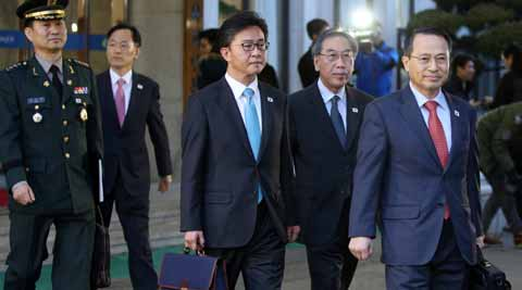 South Korean delegates leave for the border village of the Panumjom to meets their North Korean counterpart, at the Office of the South Korea-North Korea Dialogue in Seoul, South Korea. (AP photo)