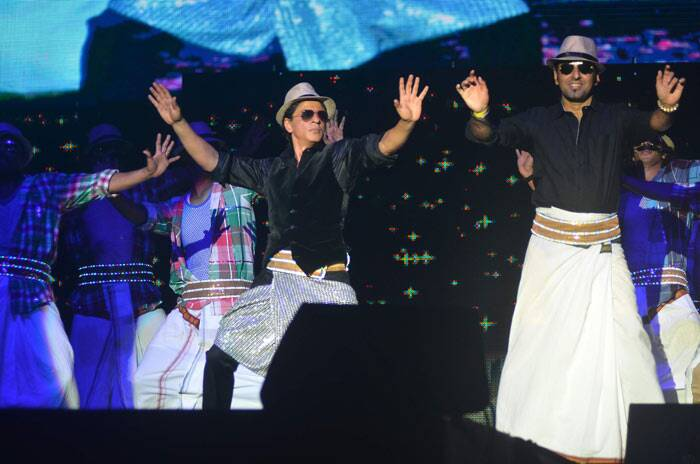 SRK, who will be seen in Farah Khan's 'Happy New Year', dances to his famous 'Lungi Dance' from 'Chennai Express.' Seen here shaking a leg with a fan to the famous number on stage.