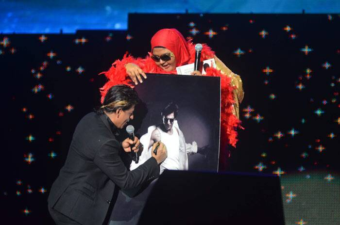 Shah Rukh Khan also handed his fan a special autographed poster of himself.