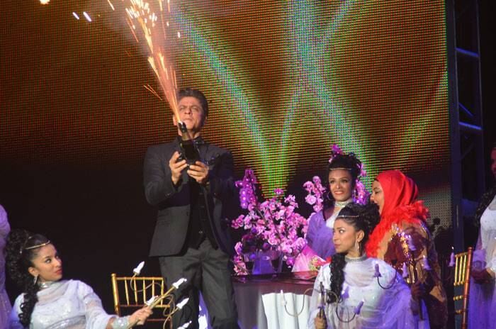 SRK popped open a bottle of bubbly for his fan.