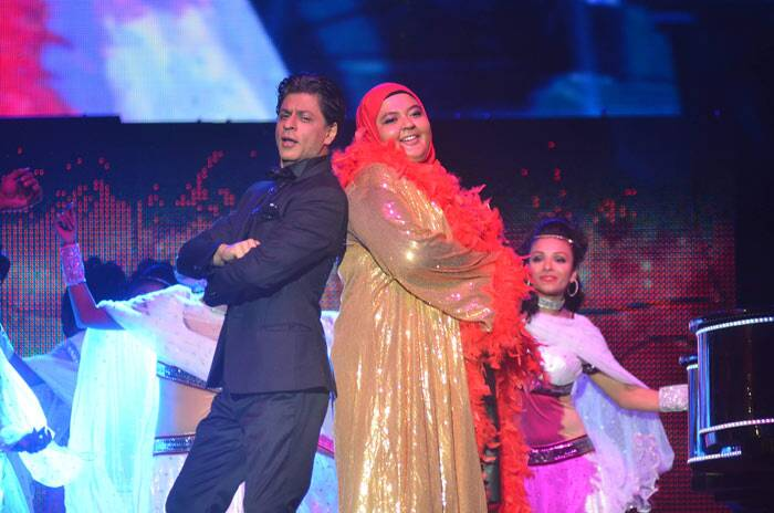Shah Rukh invites a lucky fan on stage, who also got a chance to dance with the actor.