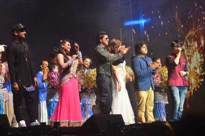 "Rani Mukherji, Shah Rukh Khan, Madhuri Dixit Nene, 'Tum Hi Ho' singer Arijit Singh, Honey Singh and Meiyang Chang take the stage at the end of the show. <br /><br /> ""Malaysia you will be missed. The best two days i have had inspite of the injury. The love made it possible. Thank u,"" tweeted Shah Rukh."
