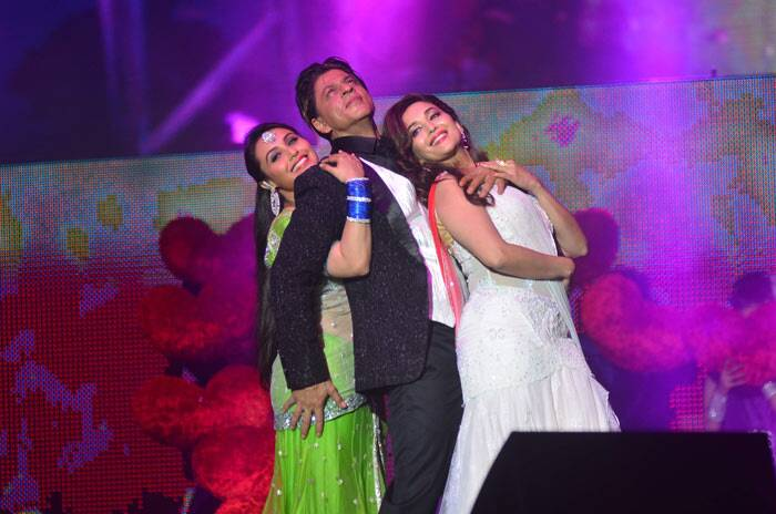 Bollywood Baadshah Shah Rukh Khan romanced his onscreen beauty queens Rani Mukerji and Madhuri Dixit at the Temptation Reloaded 2014 concert in Malaysia.