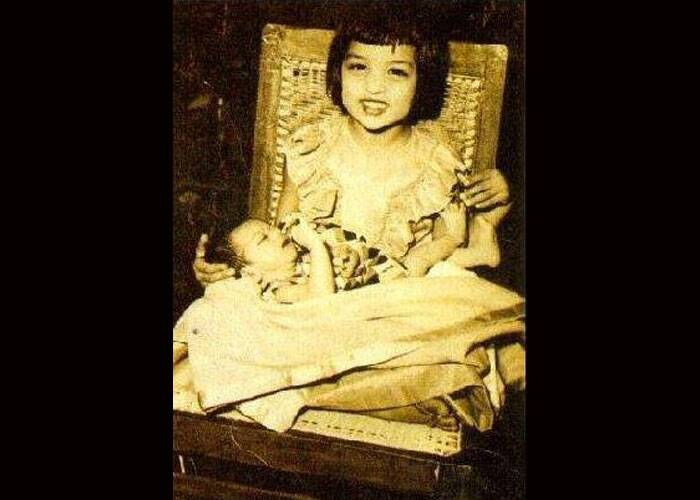 You have seen SRK's kids Aryan and Suhana bonding over cricket matches but have you ever seen King Khan with his elder sister Shehnaz Lalarukh in their bachpan. So, here we have a very old picture of SRK and his sister Shehnaz when King Khan was just a few months old. Shehnaz looks ecstatic to pose with her kid brother in her lap.