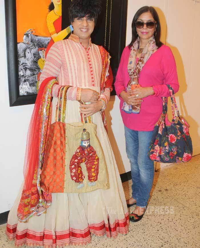 Veteran actress Zeenat Aman, Rati Agnihotri and designer Rohit Verma unveiled 'That life in Colors', artist Raosaheb Gurav's 'Dhangar' themed paintings 'Subraan' in Mumbai on Wednesday (February 26). (Photo: Varinder Chawla) >