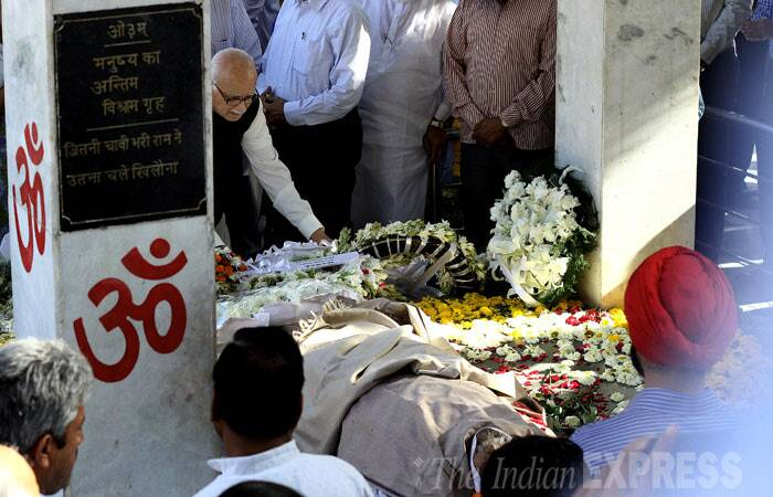 Prolific author and journalist Khushwant Singh's body was consigned to flames today at the Dayanand Mukthidham electric crematorium in New Delhi on a quiet evening amidst the presence of family members, close friends and well-wishers. <br /><br /> Senior BJP leader L K Advani pays his last respects to writer Khushwant Singh. (IE Photo: Ravi Kanojia)