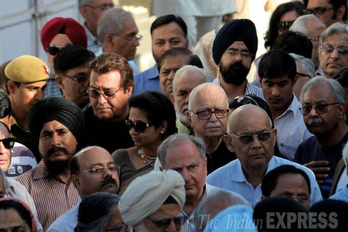 BJP leader Advani with Vinod Khanna and other leaders at the crematorium. (IE Photo: Ravi Kanojia)