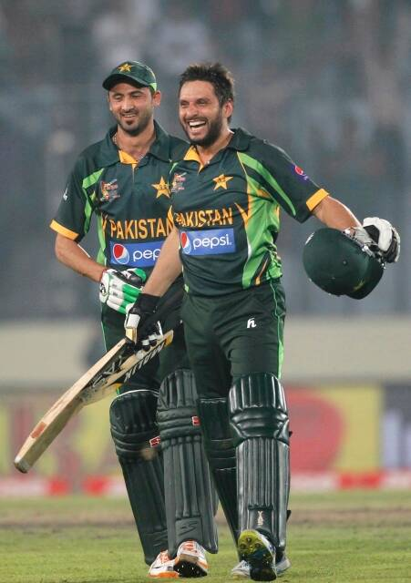 Pakistan's Shahid Afridi and Junaid Khan (L) celebrate after Pakistan won the one-day international (ODI) cricket match against India at the 2014 Asia Cup in Dhaka March 2, 2014. REUTERS/Andrew Biraj (BANGLADESH - Tags: SPORT CRICKET)