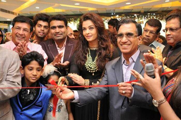 Aishwarya Rai inaugurates the store by cutting the traditional red ribbon. (Image courtesy: Facebook)
