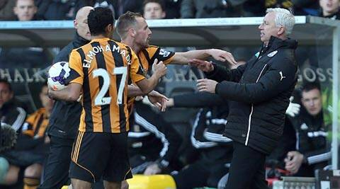 Newcastle United's manager Alan Pardew,  right,  and Hull City's David Meyler, 3rd left, confront each other during the during the English Premier League match (AP)