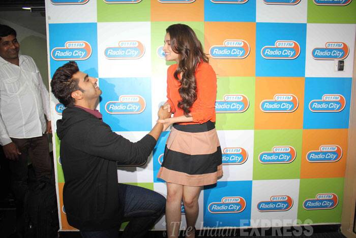 Awww…Arjun gets down on one knee for Alia! (Photo: Varinder Chawla)