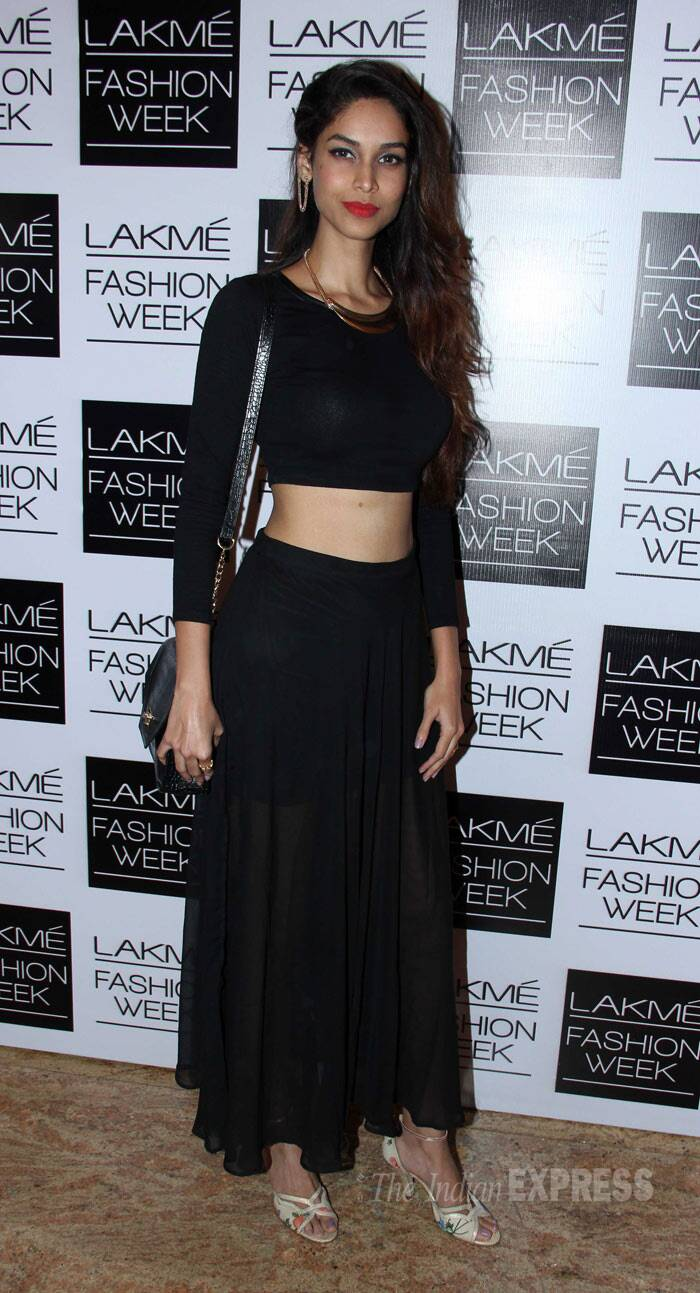Miss India Earth Amruta Patki flaunted her toned mid-riff in a black cropped top with a matching skirt. (Photo: Varinder Chawla)