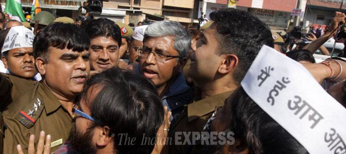 AAP's Ashutosh taken for questioning by Delhi Police
