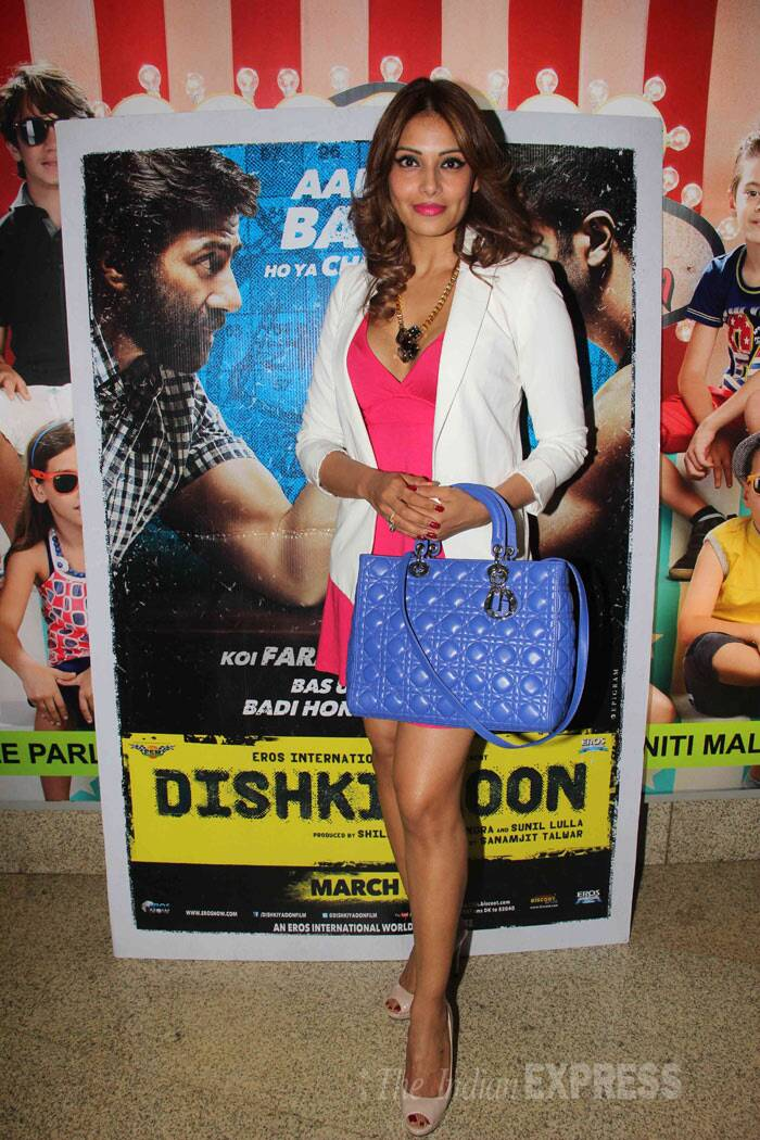Bengali beauty Bipasha Basu doesn't want to miss any chance of being with her new beau and actor Harman Baweja. The actress, who is currently shooting for 'Humshakals' , was seen at the screening of Harman's re-launch movie 'Dishkiyaoon' in Mumbai on Thursday (March 27). <br /><br /> Bipasha was hot in a short pink number accessorized with a large blue bag. (Photo: Varinder Chawla)