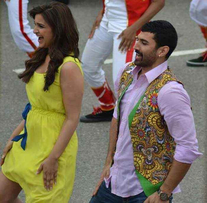 Talking about dancing, Bollywood actors Aditya Roy Kapur and Parineeti Chopra were also seen shooting a song sequence for their upcoming film 'Daawat-e-Ishq'. Parineeti wore a bright yellow dress and Aditya was dashing in his waist coat.