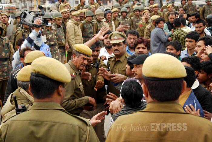 Protest takes a violent turn as police stop Shia march to Sonia Gandhi house