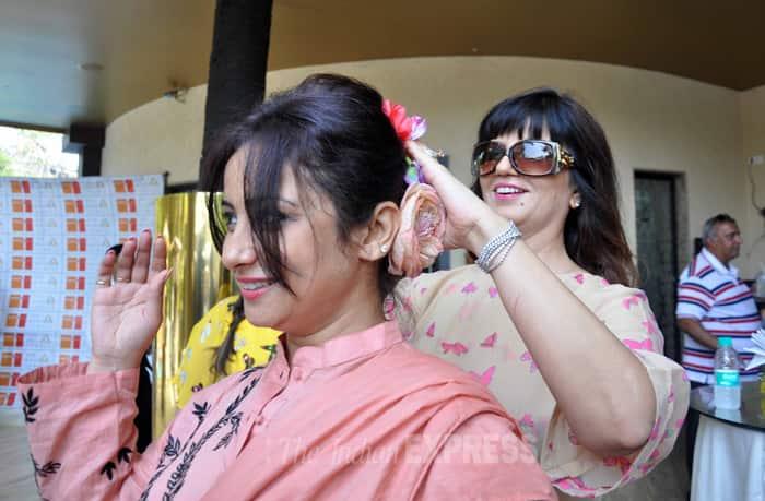Neeta helps Divya with a flower in her hair. (Photo: Varinder Chawla)