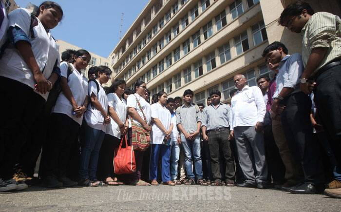 Doctors at J J Hospital on silent protest in Mumbai against the attack on  junior doctors of Ganesh Shankar Vidyarthi Medical College Hospital of Kanpur by MLA Irfan Solanki of Samajwadi party. (IE Photo: Kevin D'Souza)