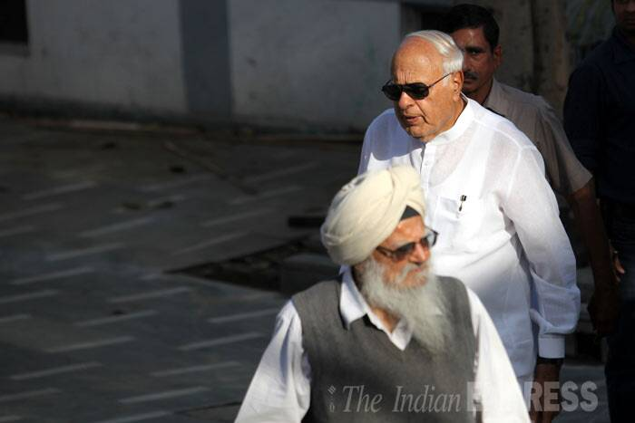 Union ministers Salman Khurshid, Kapil Sibal and Farooq Abdullah as well as BJP stalwart LK Advani and politician and social worker Jaya Jaitley were among the crowd of friends and relatives who paid their last respects to the beloved writer who died at the age of 99 on Thursday (March 20). (IE Photo: Ravi Kanojia)