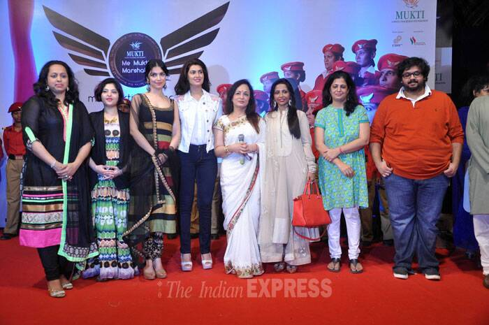 Smita Thackeray takes the stage along with all her women guests on the eve of Women's Day' (Photo: Varinder Chawla)